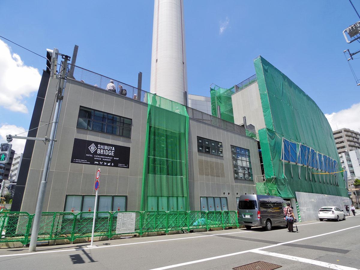 ホテルや事務所、店舗で構成するB棟の外壁には「渋谷ブリッジ」の施設名も見られる