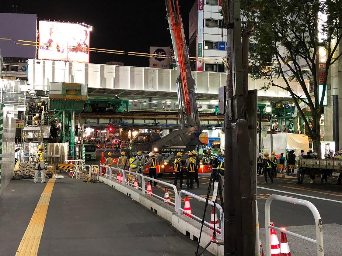 新しく架けられた橋桁の高さをジャッキを使って調整する工事の様子(26日夜)