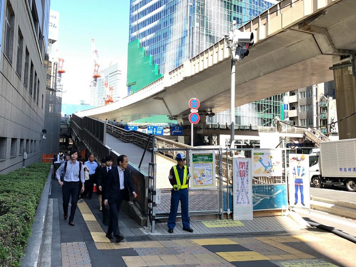 渋谷駅東口歩道橋の閉鎖されたスロープ部分。同時に渋谷警察署前の出入り口「16c」が開通した