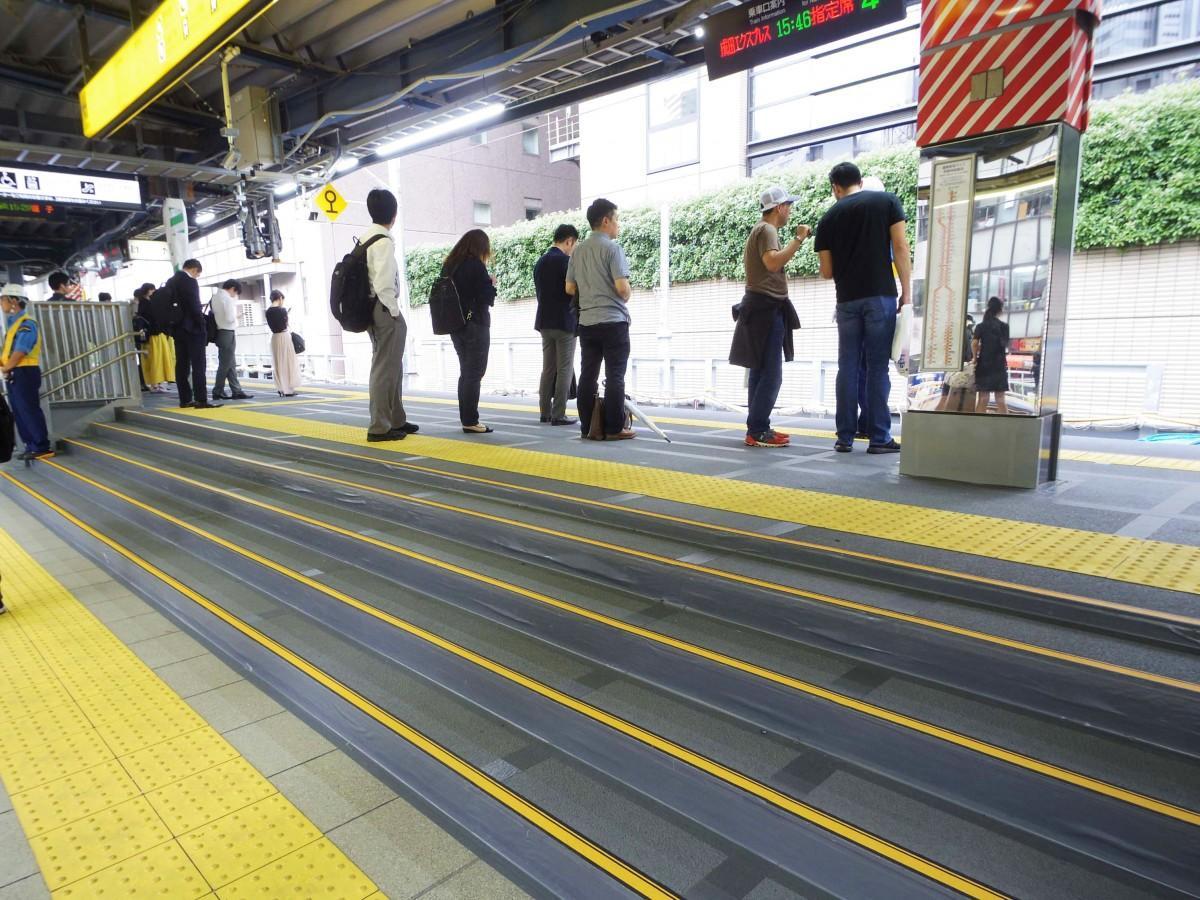 JR渋谷駅埼京線・湘南新宿ラインホームの様子。下りホーム(写真左)と上りホーム(右)の段差は最大1メートル10センチ