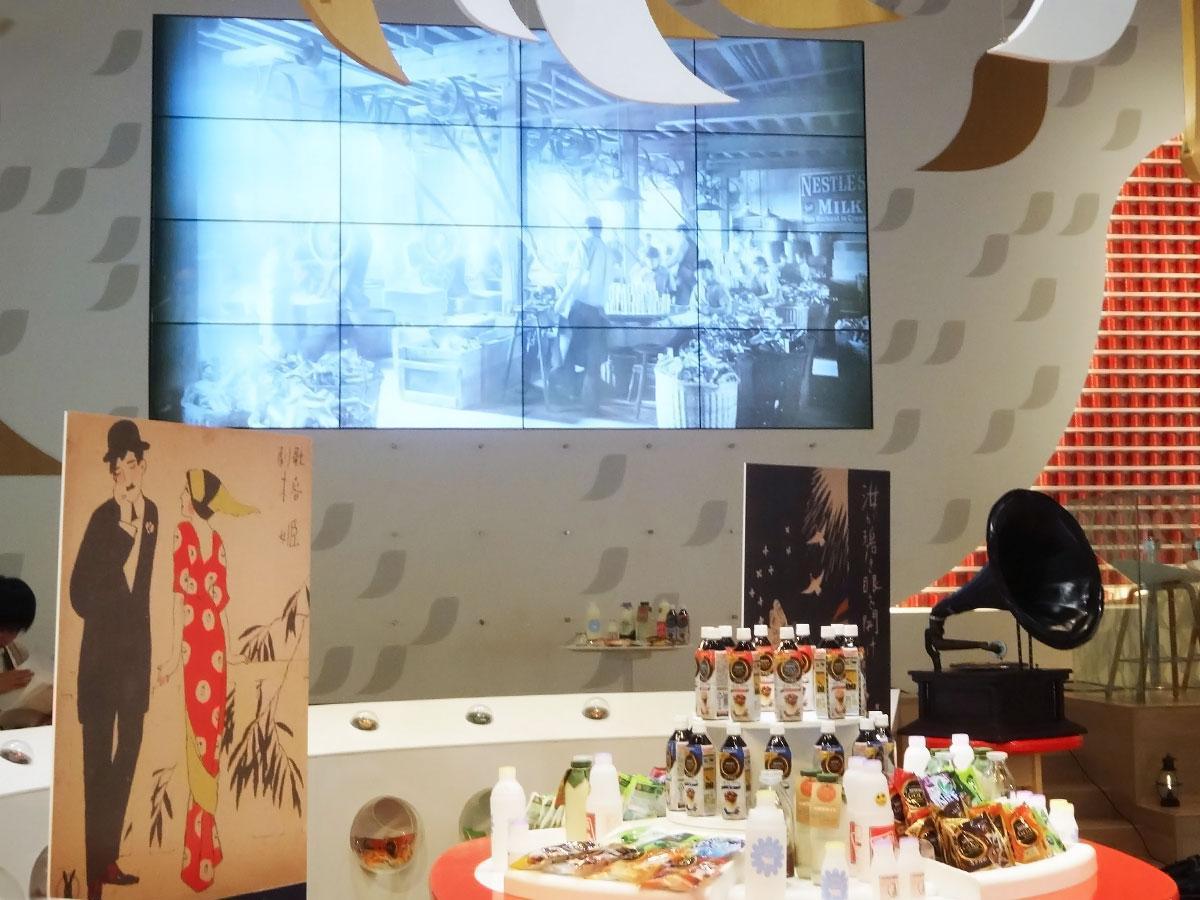 竹久夢二の作品パネルや蓄音機などを展示する店内