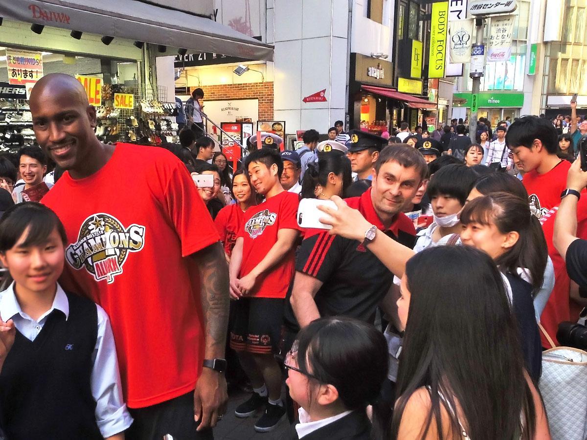 ファンたちと触れ合いながらバスケ通りをパレードした