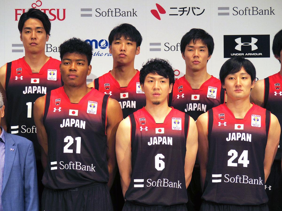 代表候補に選出されたアルバルク東京の田中大貴選手(前列右)、竹内譲次選手(後列左)、馬場雄大選手(同右)ら