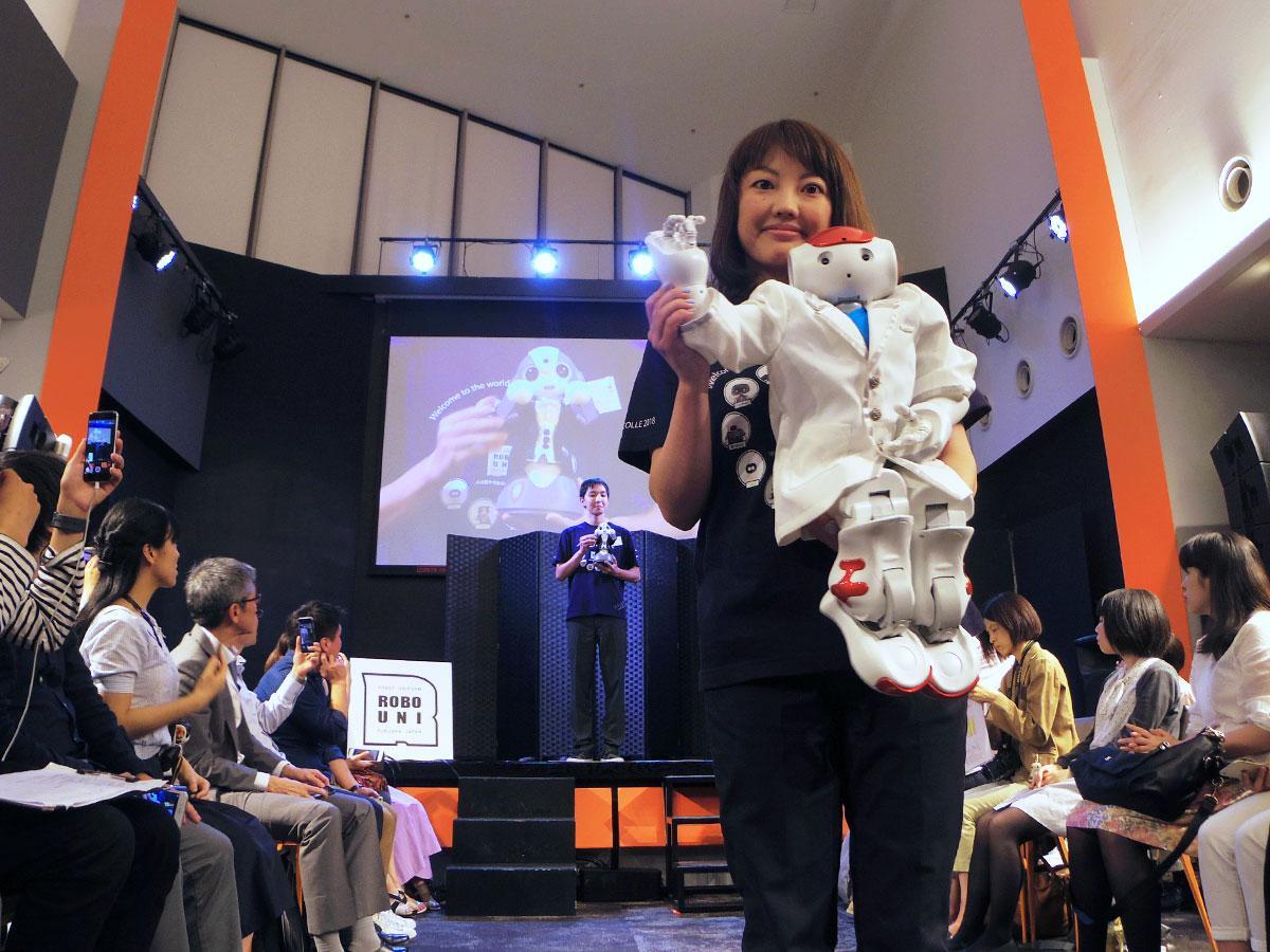 衣装を着せられたロボットが登場したファッションショー
