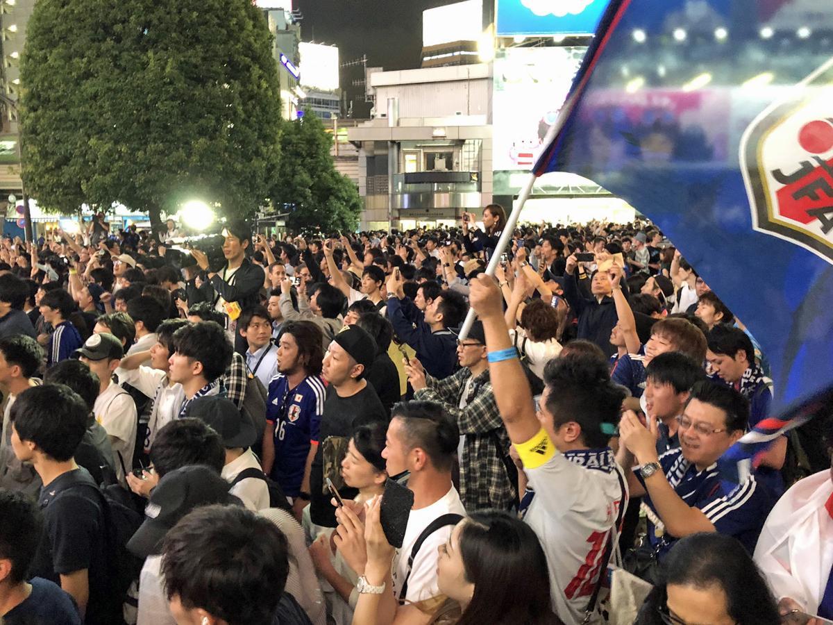 W杯日本代表初戦となったコロンビア戦の勝利に沸くサポーターらで埋め尽くされた渋谷・スクランブル交差点の様子
