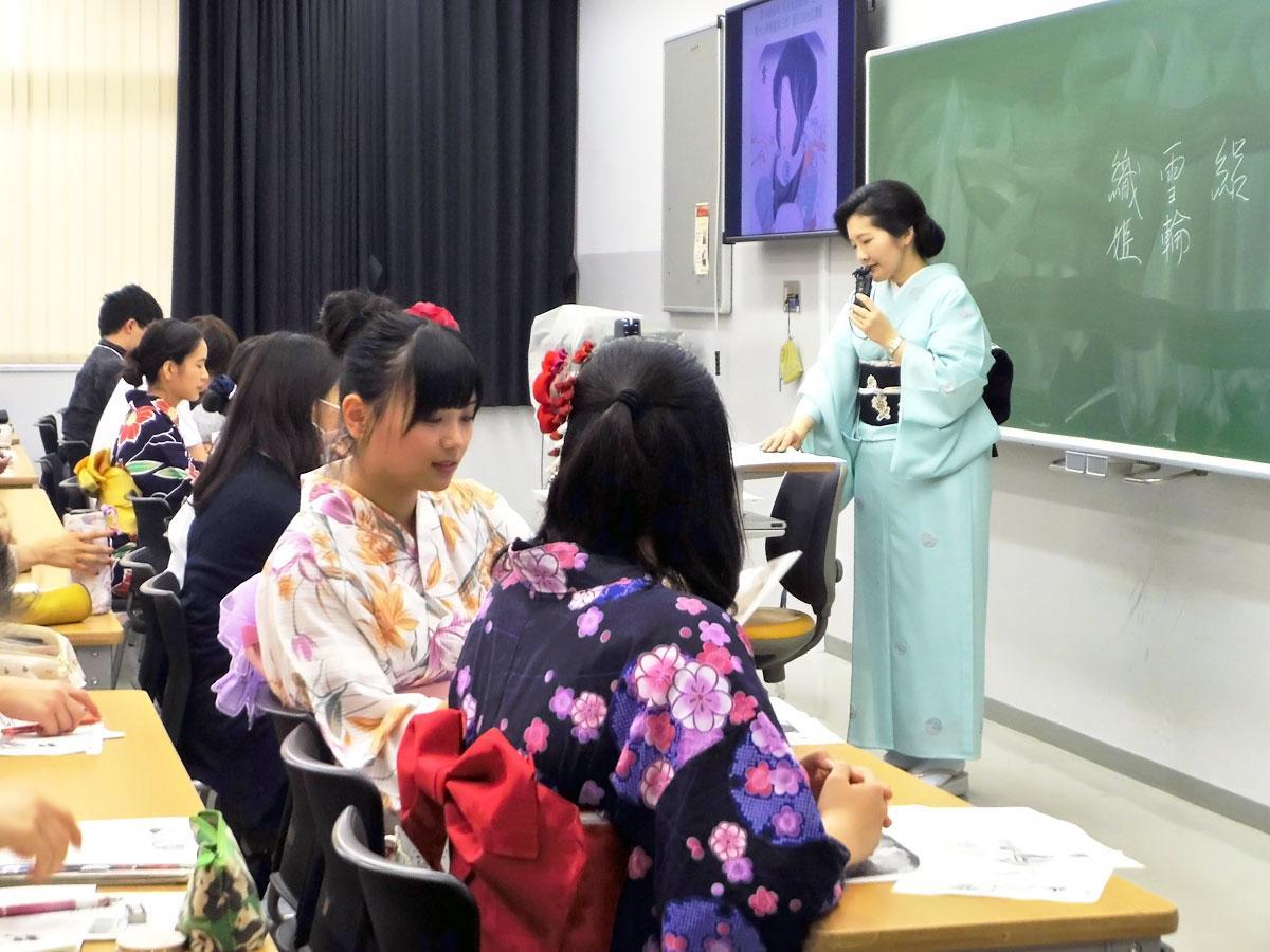 学生だけでなく教員も和装で授業を行った