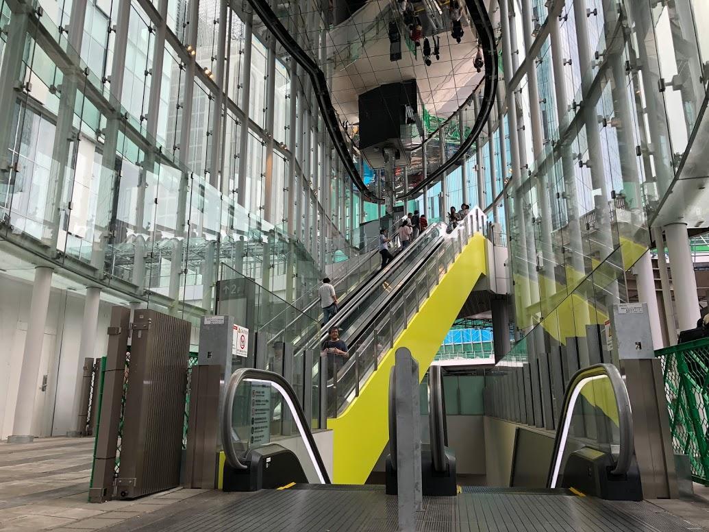 地上1階~2階のエスカレーターの供用も始まった吹き抜け25.8メートルの「アーバン・コア」