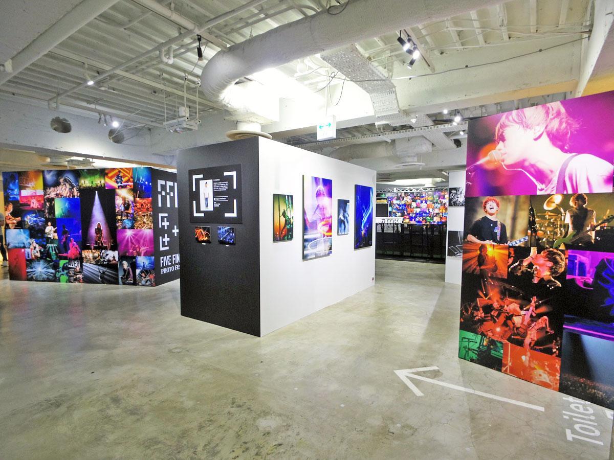 写真家ごとに作品を展示する場内