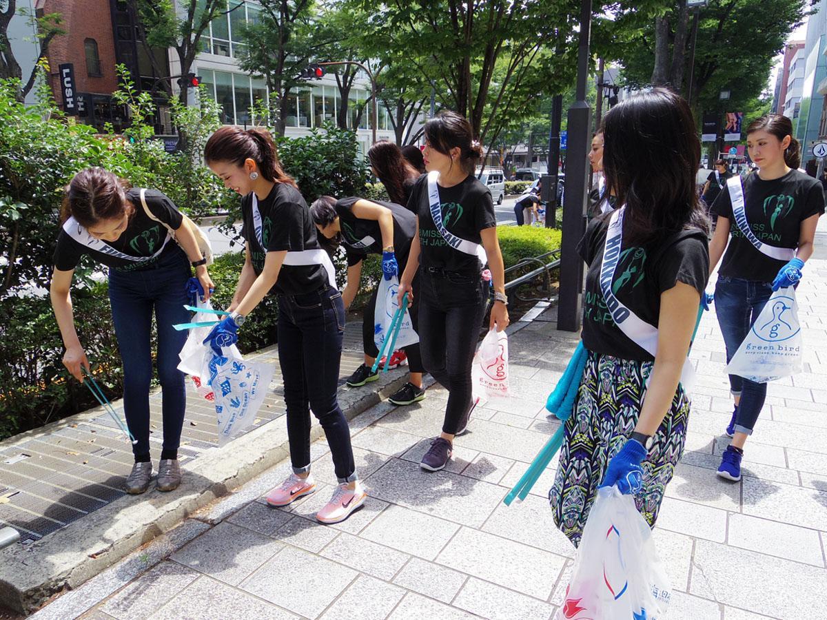 表参道を歩きながらごみを拾い集める「ミス・アース」日本ファイナリストたち