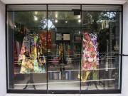 「シスター」店舗外観。ロンドン気鋭デザイナーのドレスが目を引く