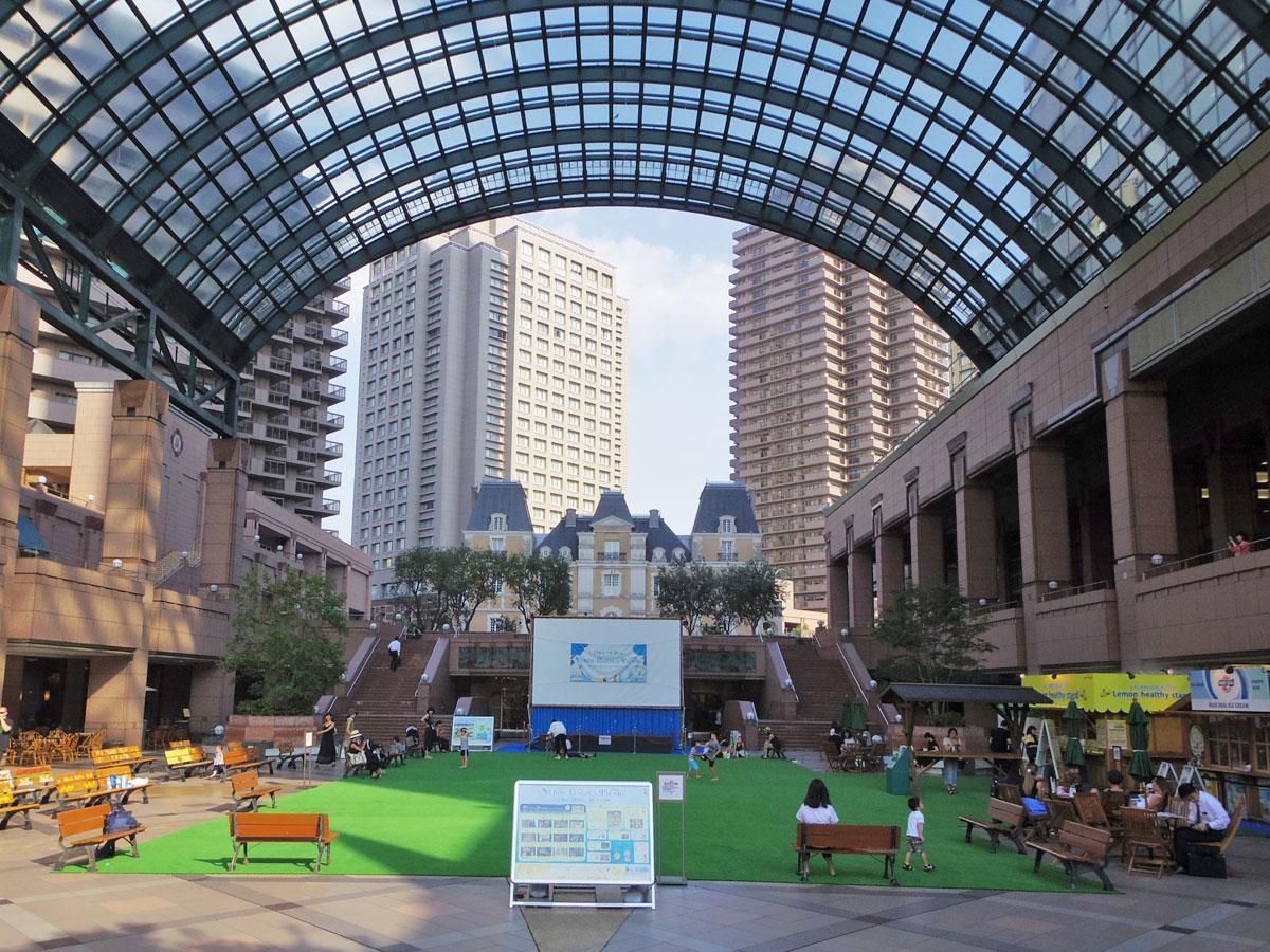 人工芝を敷く恵比寿ガーデンプレイス・センター広場