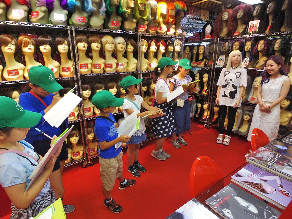 ウイッグ・エクステ専門店「ALES」の店員へインタビューした参加児童たち