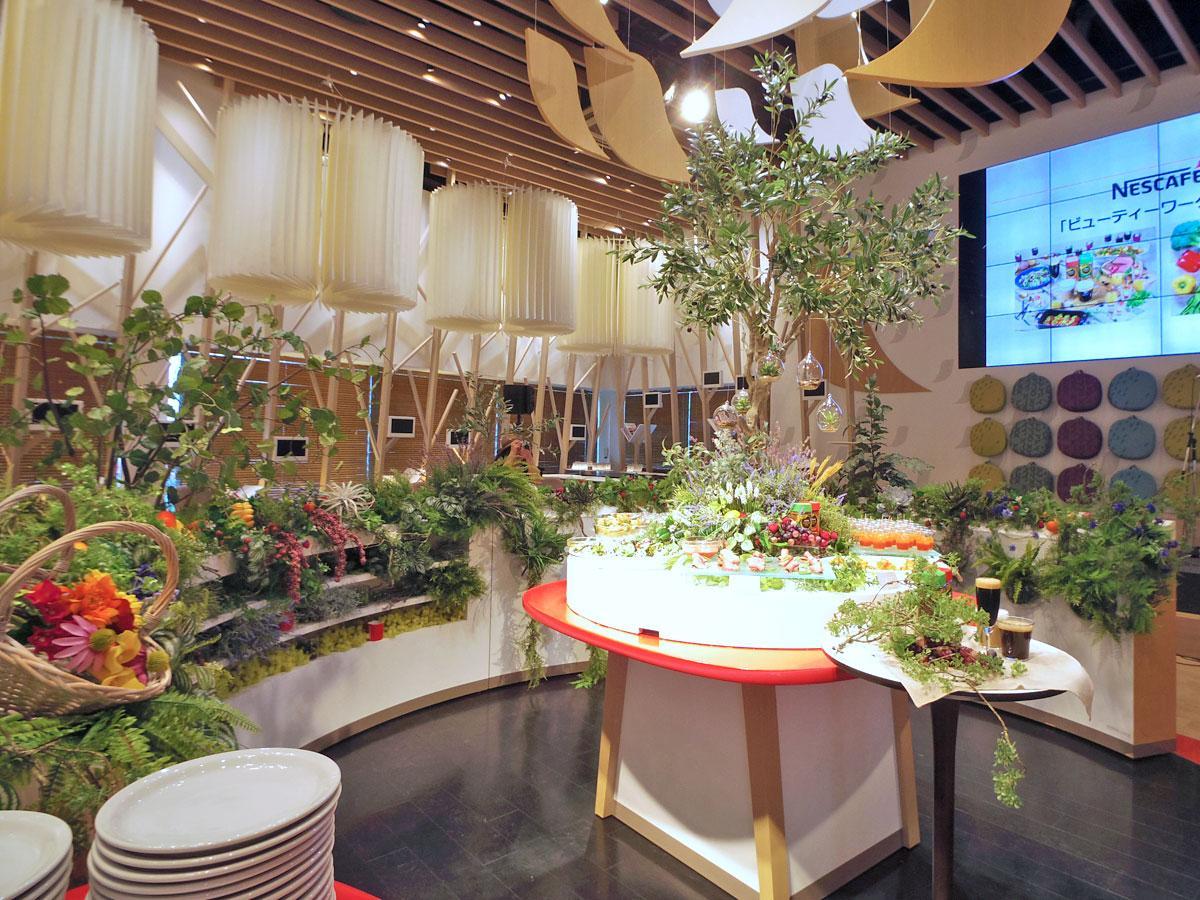 ポリフェノールが含まれるブドウやオリーブの木、コーヒーの木などを装飾する店内のビュッフェコーナー