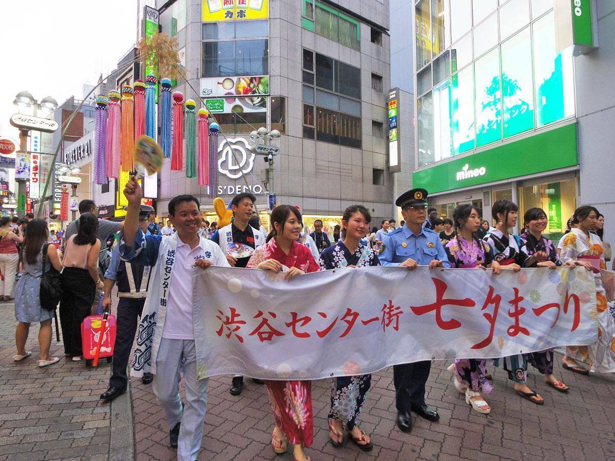仙台の吹き流しなどが装飾されたバスケ通りを浴衣姿の学生たちがパレードした