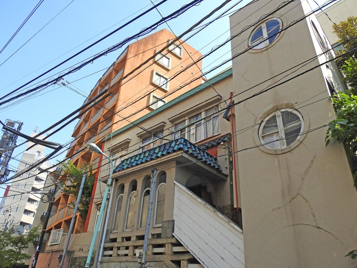 桜丘町の住宅街の中で異彩を放つレトロモダンな外観