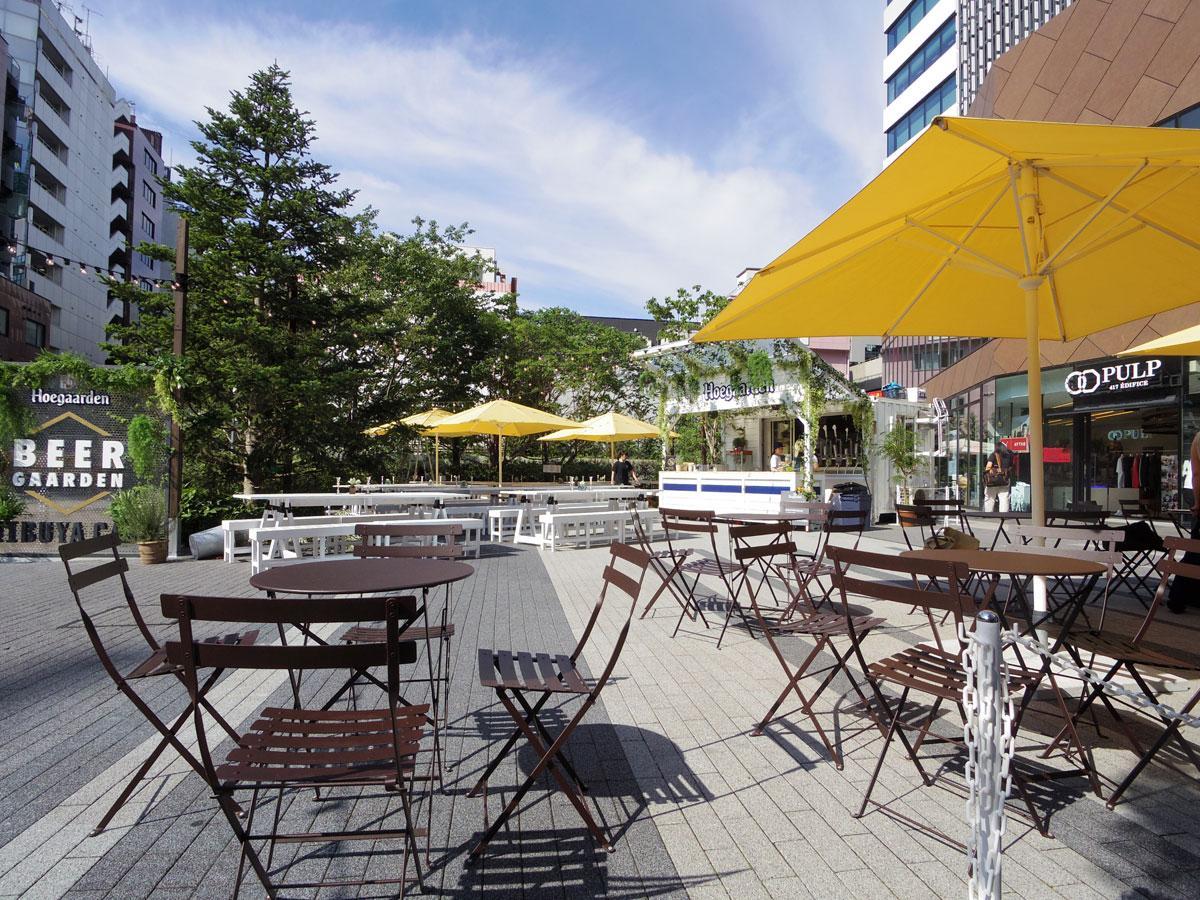 広場にテーブルやベンチを配したビアガーデン