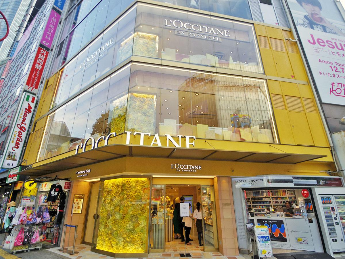 黄金色のハーブ「イモーテル」など黄色の花をあしらった柱が目を引く店舗外観
