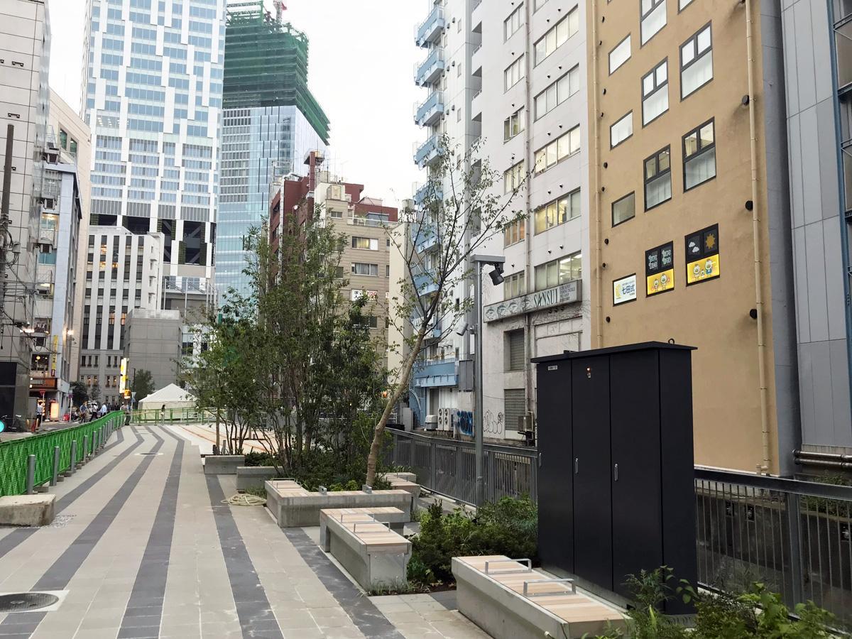 再開発で再生された渋谷川に沿って整備される遊歩道