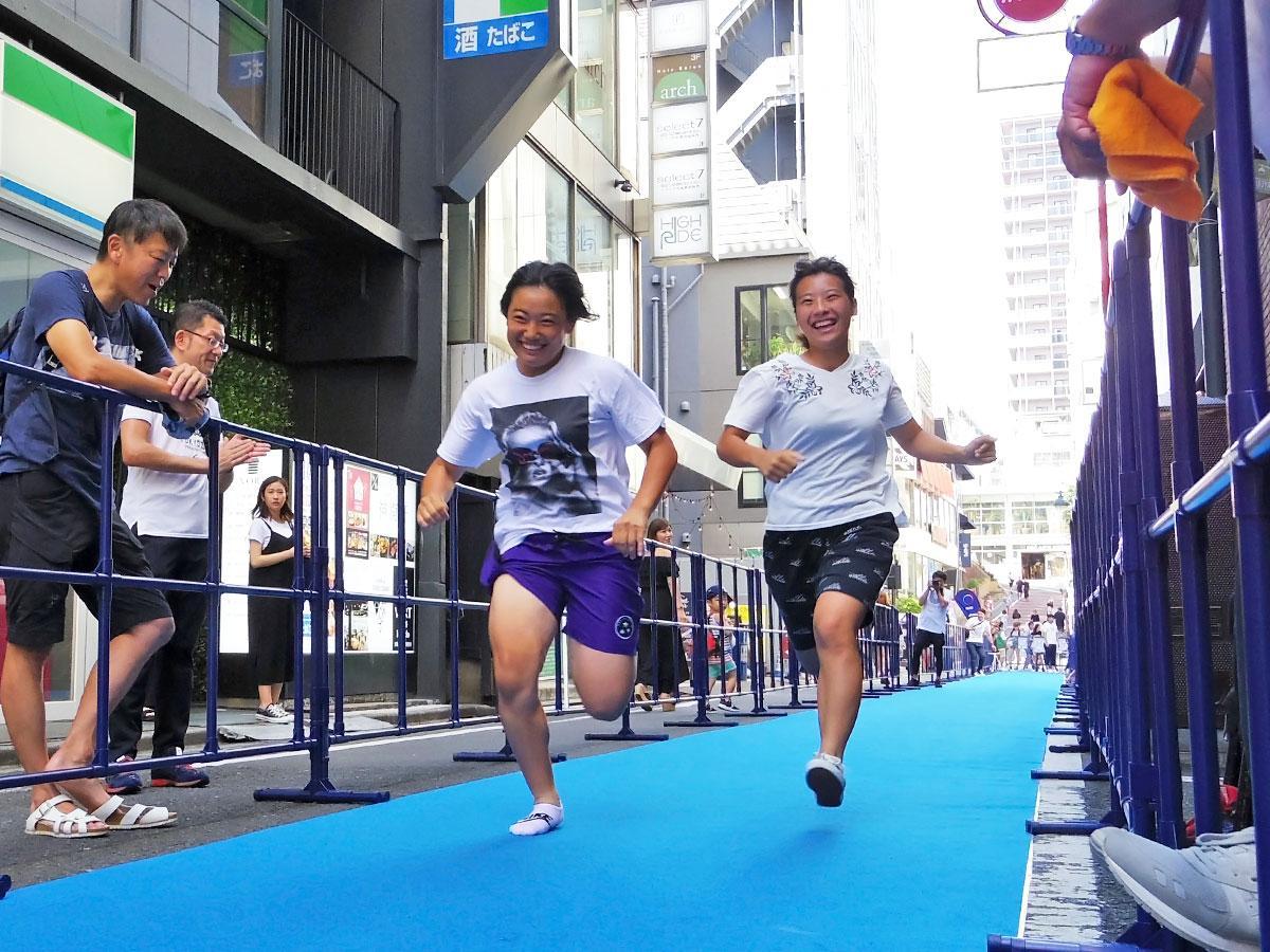 ハンドボール部に所属している大学1年の小沼さん(左)と成嶋さん
