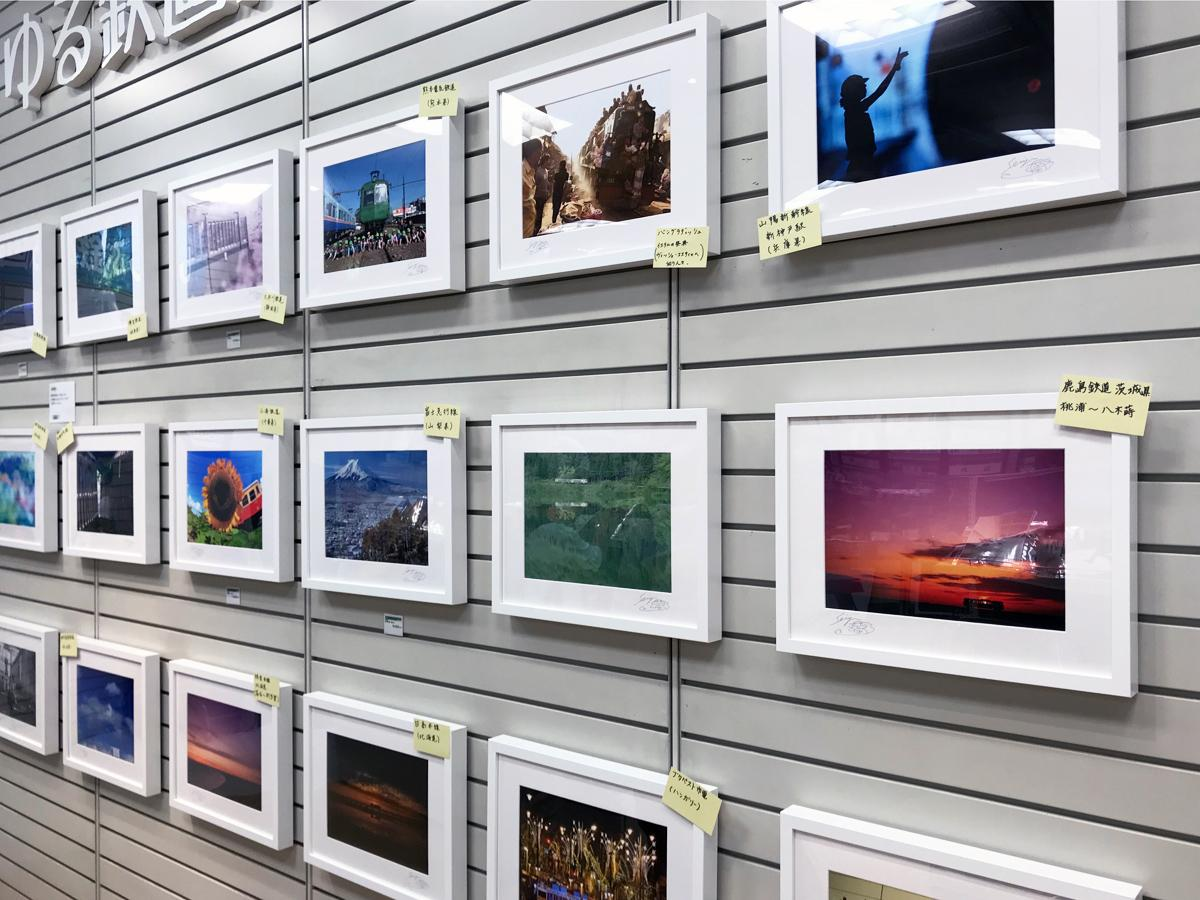 写真家・中井精也さんの作品を額装した写真パネルが並ぶ店内