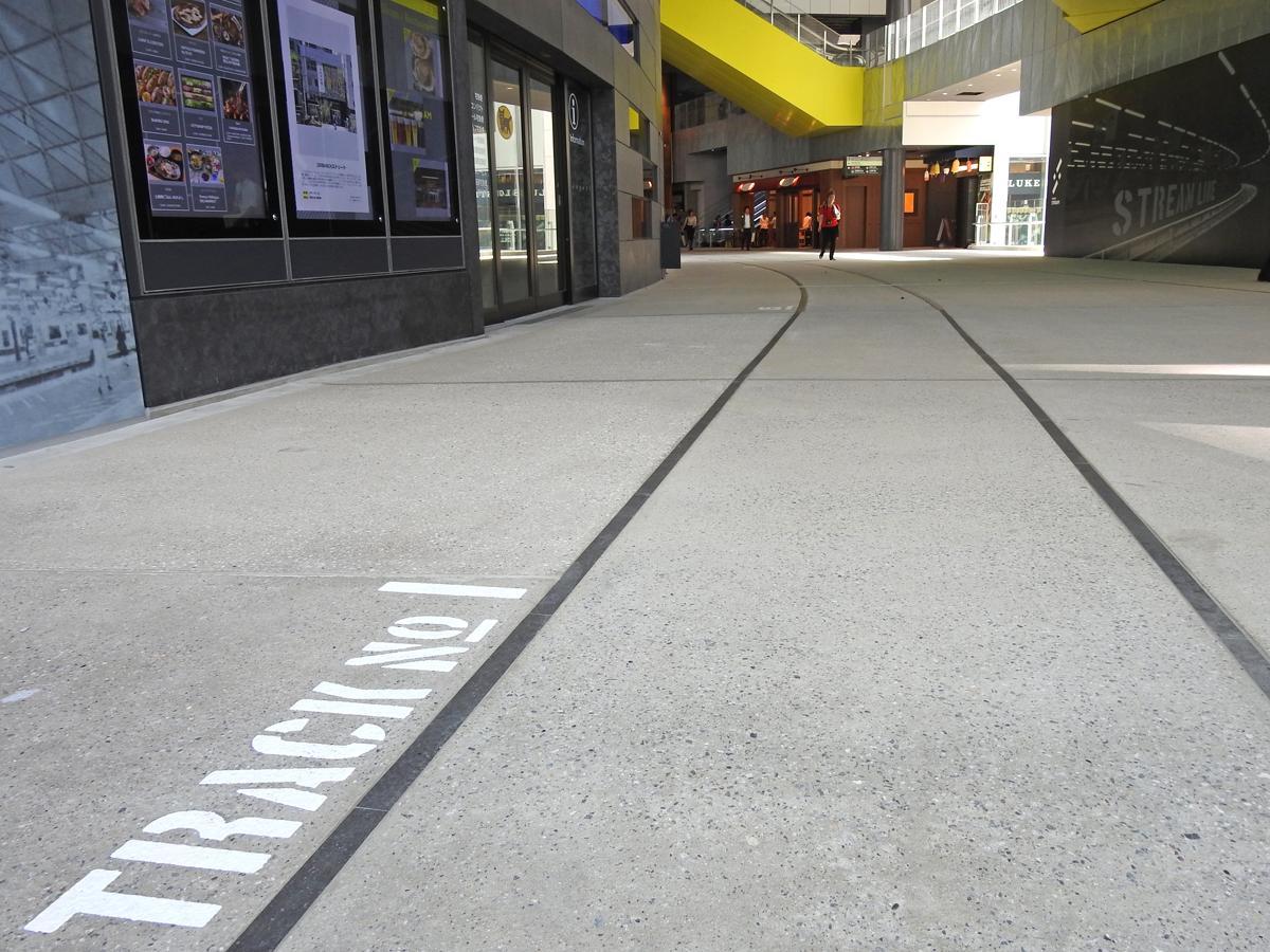 渋谷ストリーム2階から代官山方面に貫通通路が伸び、足元には旧東横線の線路跡をイメージしレールが敷設