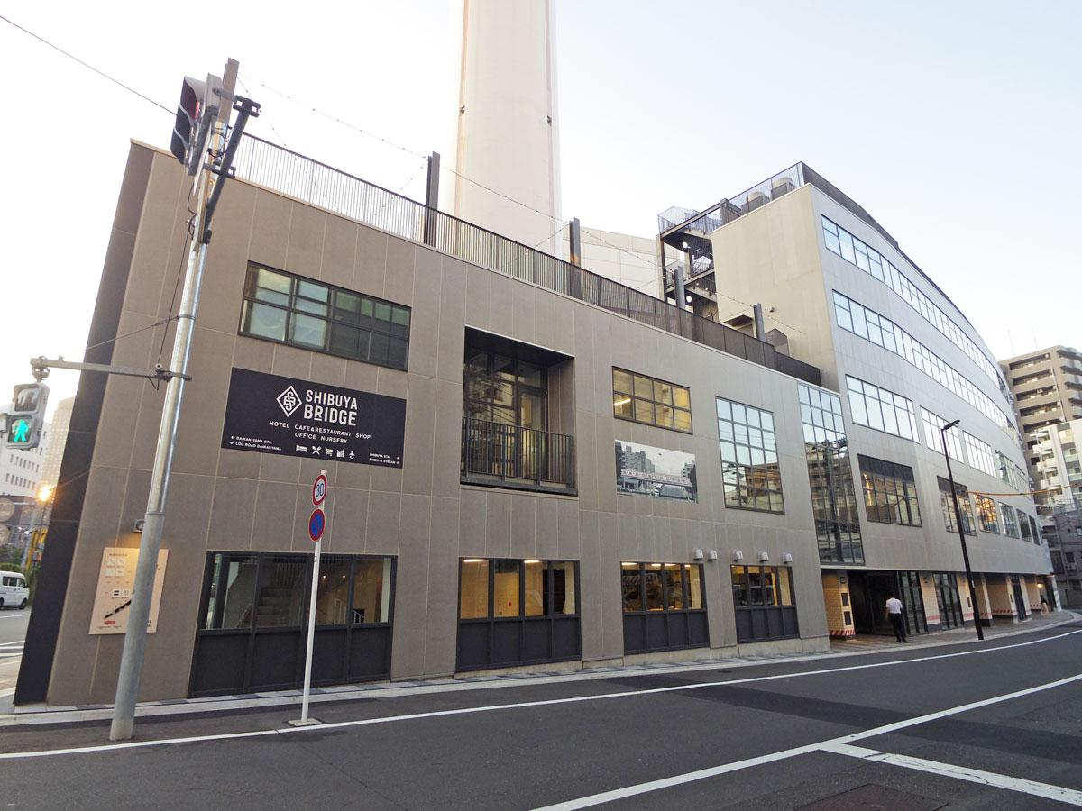 カーブ状の線路跡地に建設された「渋谷ブリッジ」(B棟外観)