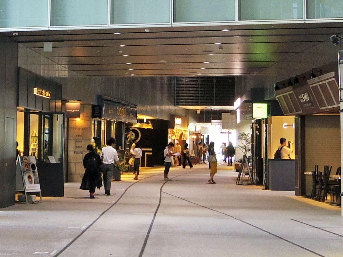 貫通通路の両サイドに店舗が出店する(写真は2階)