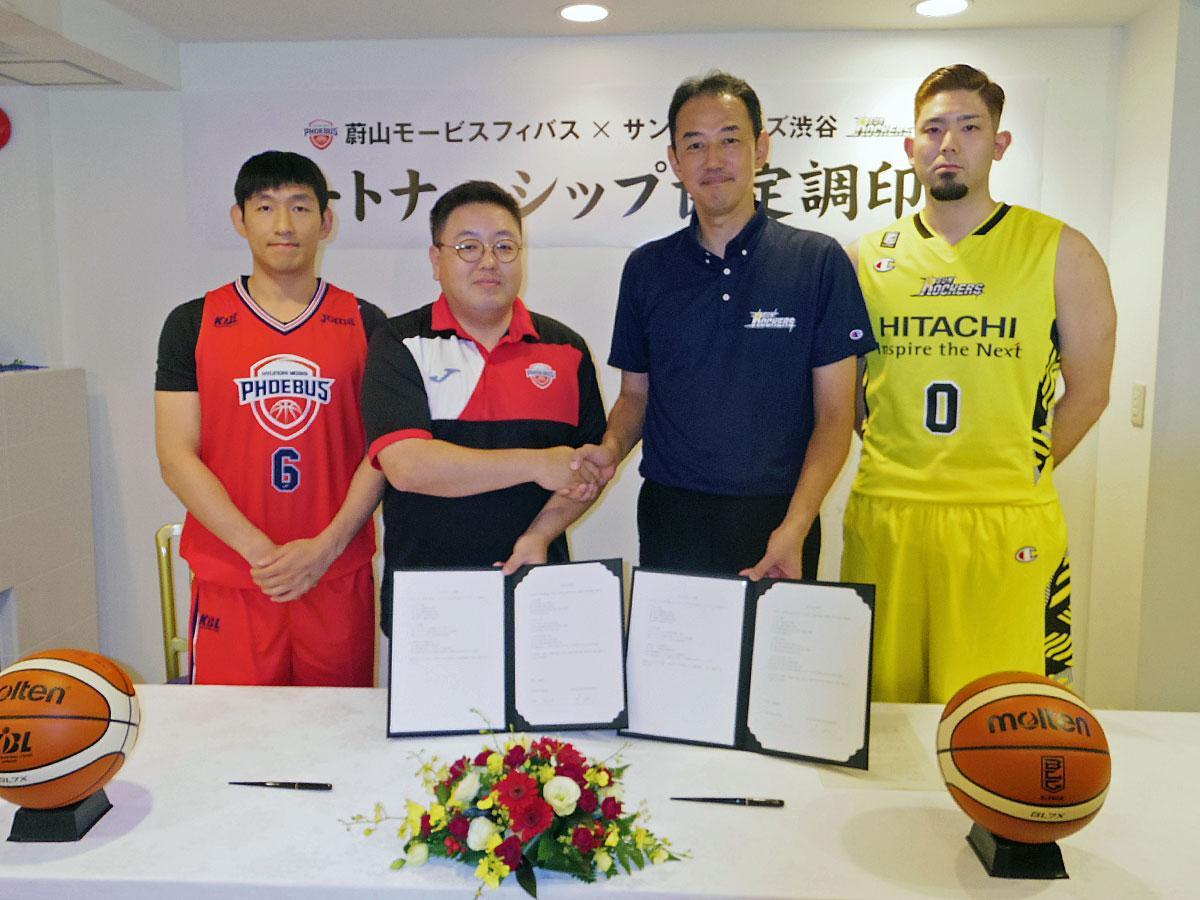 (左から)モービスのヤン・ドンクン選手、イ・ドヒョン事務局長、SR渋谷の岡博章社長、満原優樹選手