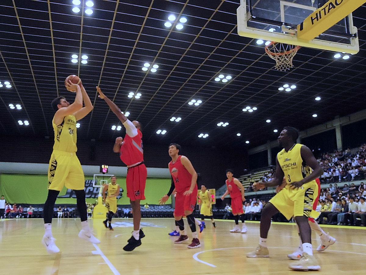 ホームアリーナで初のプレシーズンマッチを行ったサンロッカーズ渋谷(黄色のユニホーム)