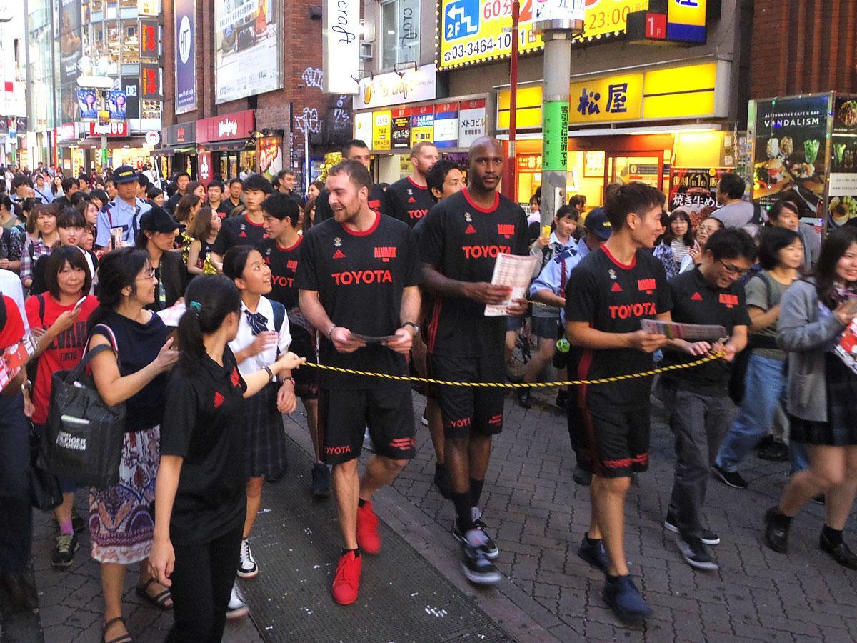 シーズン開幕に向けバスケ通りをパレードしたアルバルク東京の選手たち