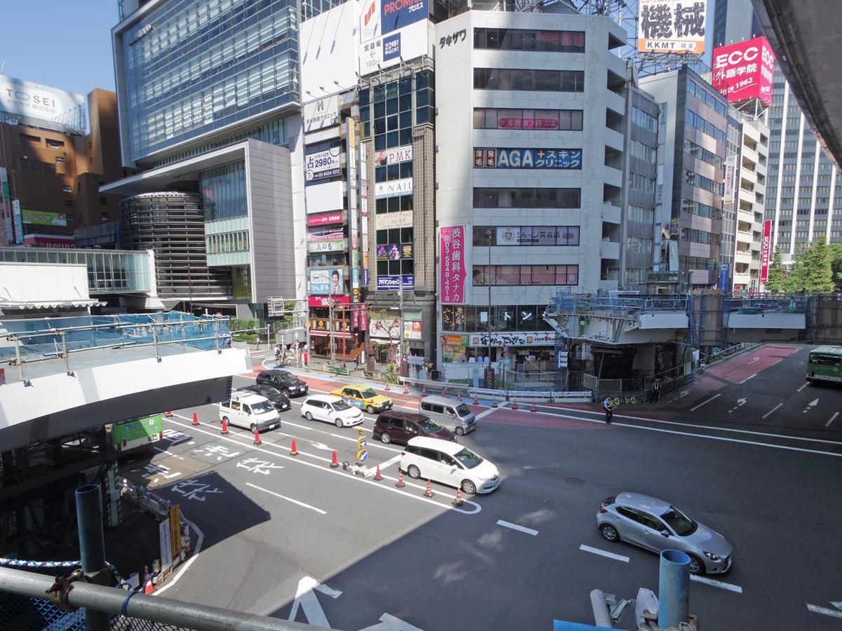 「最後の橋桁」の取り付け工事が行われる渋谷駅東口交差点