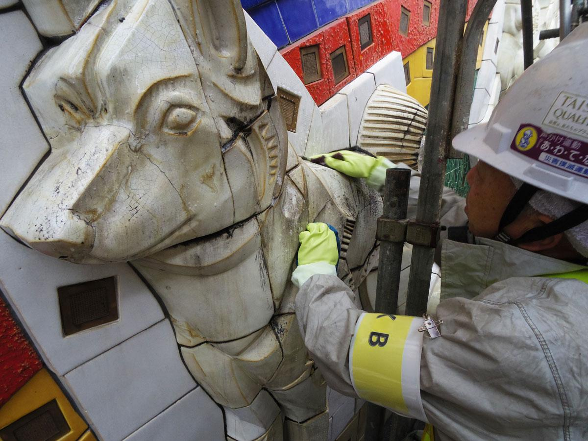 パブリックアートの清掃を専門的に手掛けている業者が清掃作業をしている