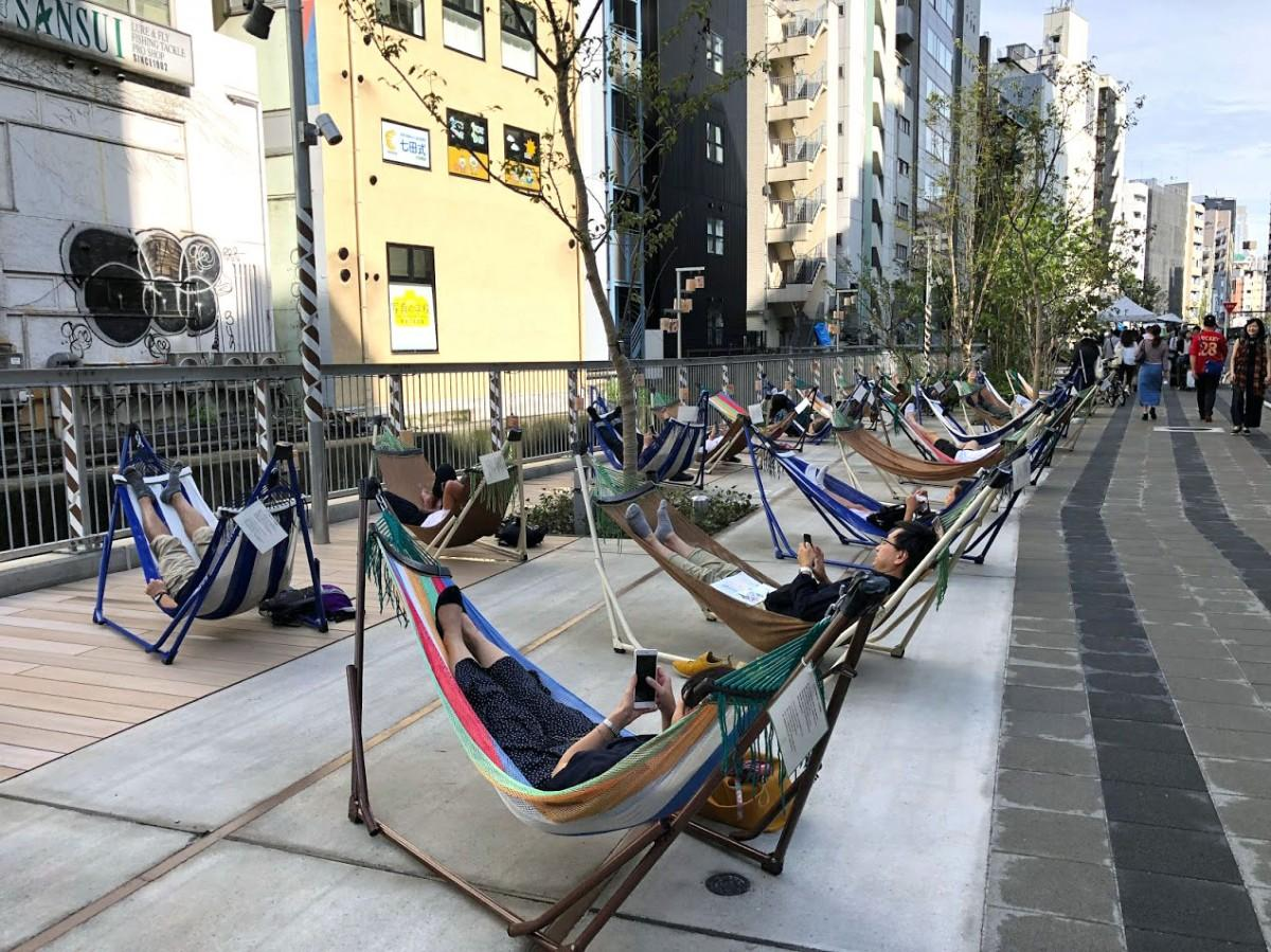 渋谷川沿いに出現したハンモックでのんびり寝そべる人たち