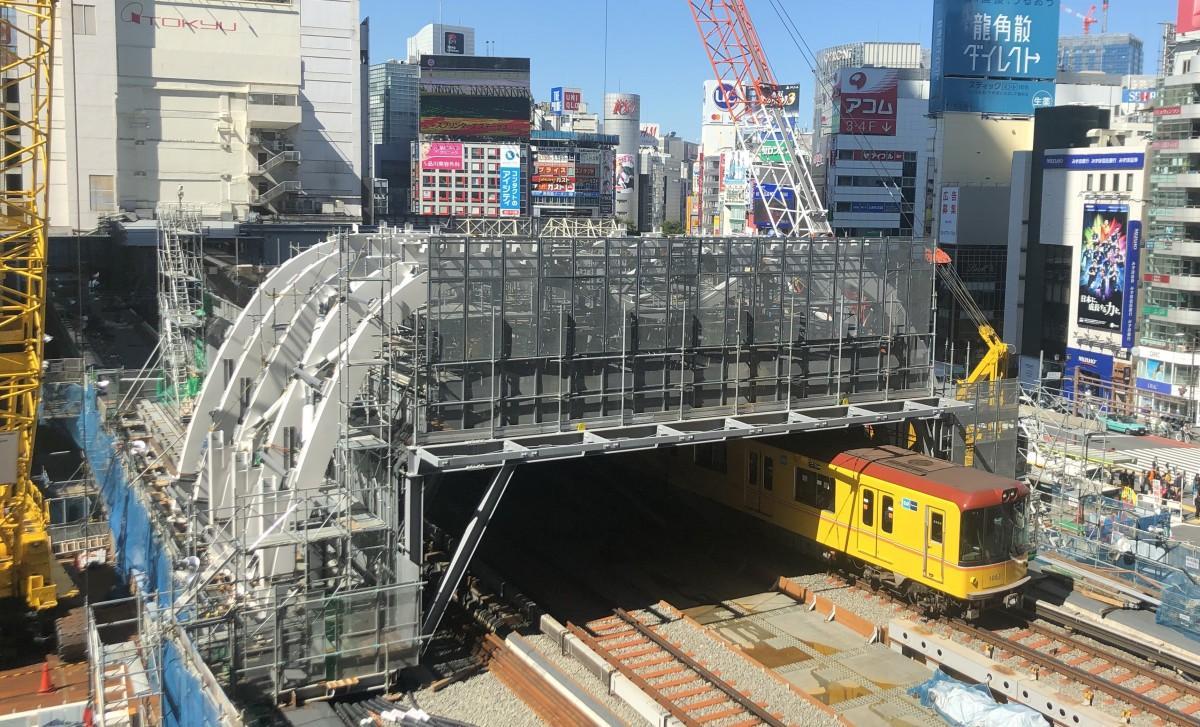 「M型屋根」の上にはスカイデッキも整備される。完成は2019年11月を予定