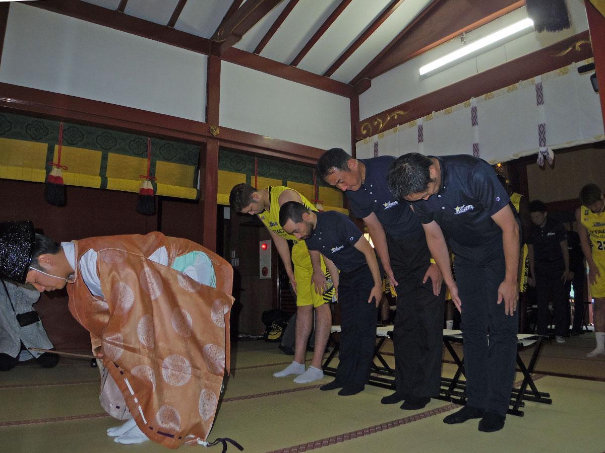 渋谷の氏神である金王八幡宮で必勝祈願したSR渋谷の選手やコーチ陣ら