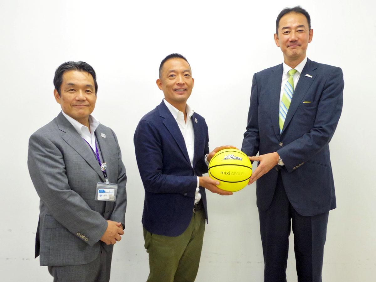 (右から)バスケットボールを寄贈した日立サンロッカーズの岡章博社長と長谷川健渋谷区長ら