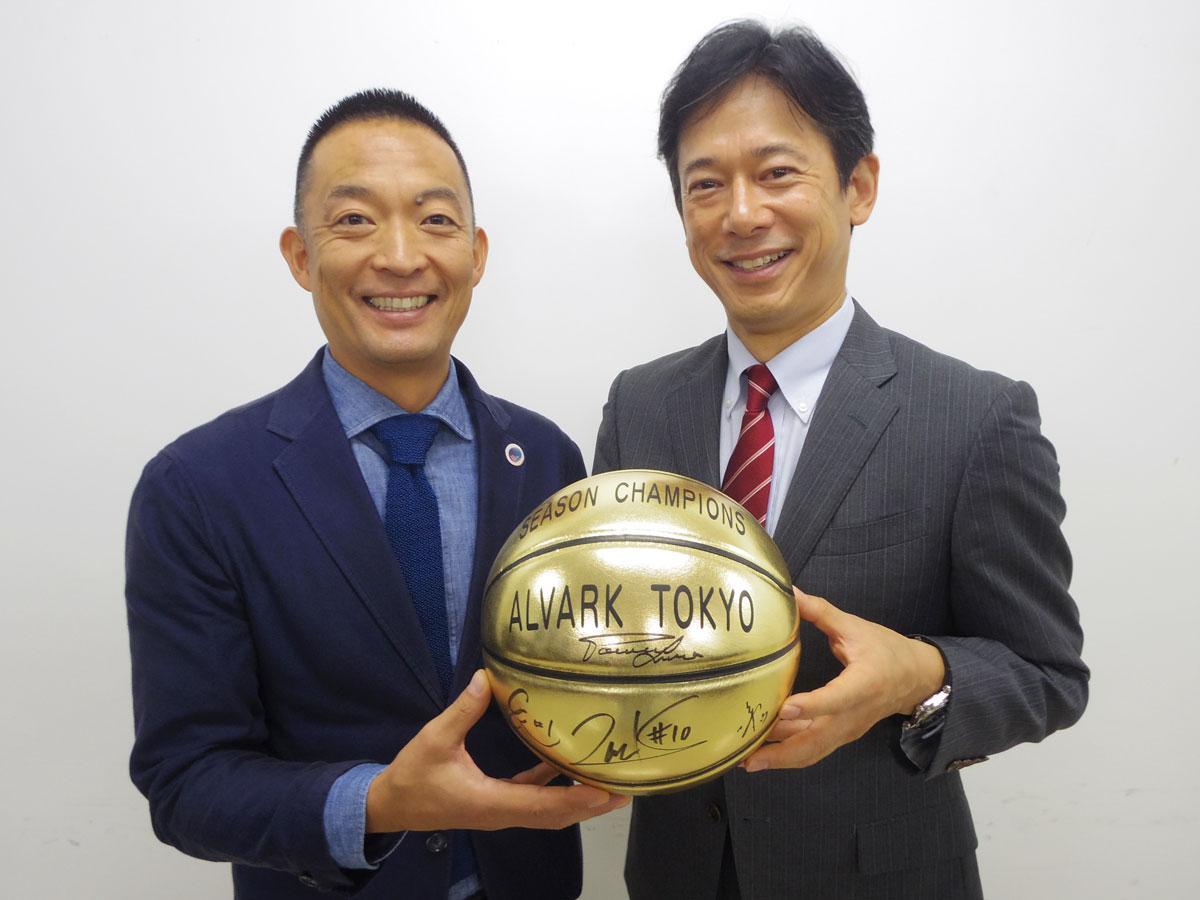 (左から)長谷部健渋谷区長と林邦彦トヨタアルバルク東京社長