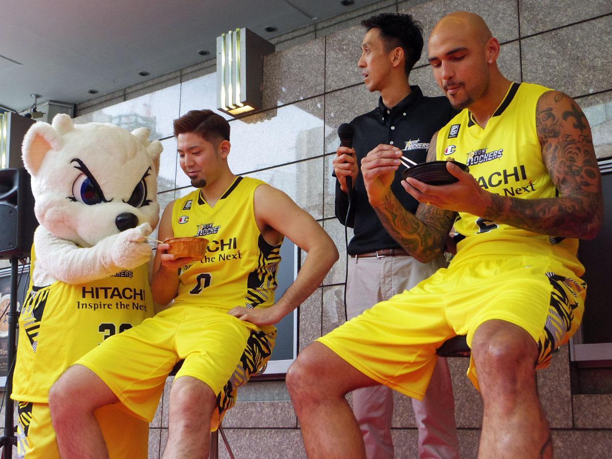 東急百貨店とのコラボ丼を試食する満原優樹選手(左から2番目)とロバート・サクレ選手(右端)