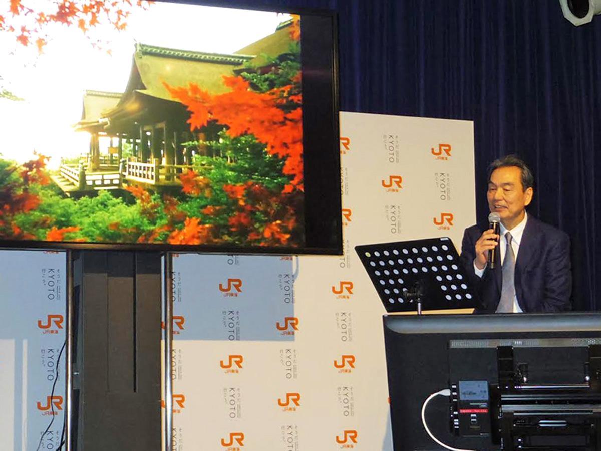 会場で「最初で最後」の生ナレーションを披露する長塚京三さん