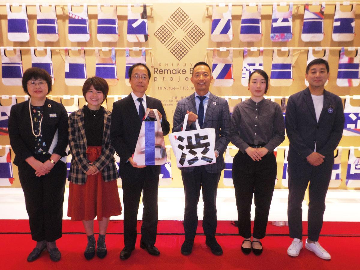 オープニングセレモニーに参加した西武渋谷店赤羽店長(中央左)や長谷部渋谷区長(同右)ら