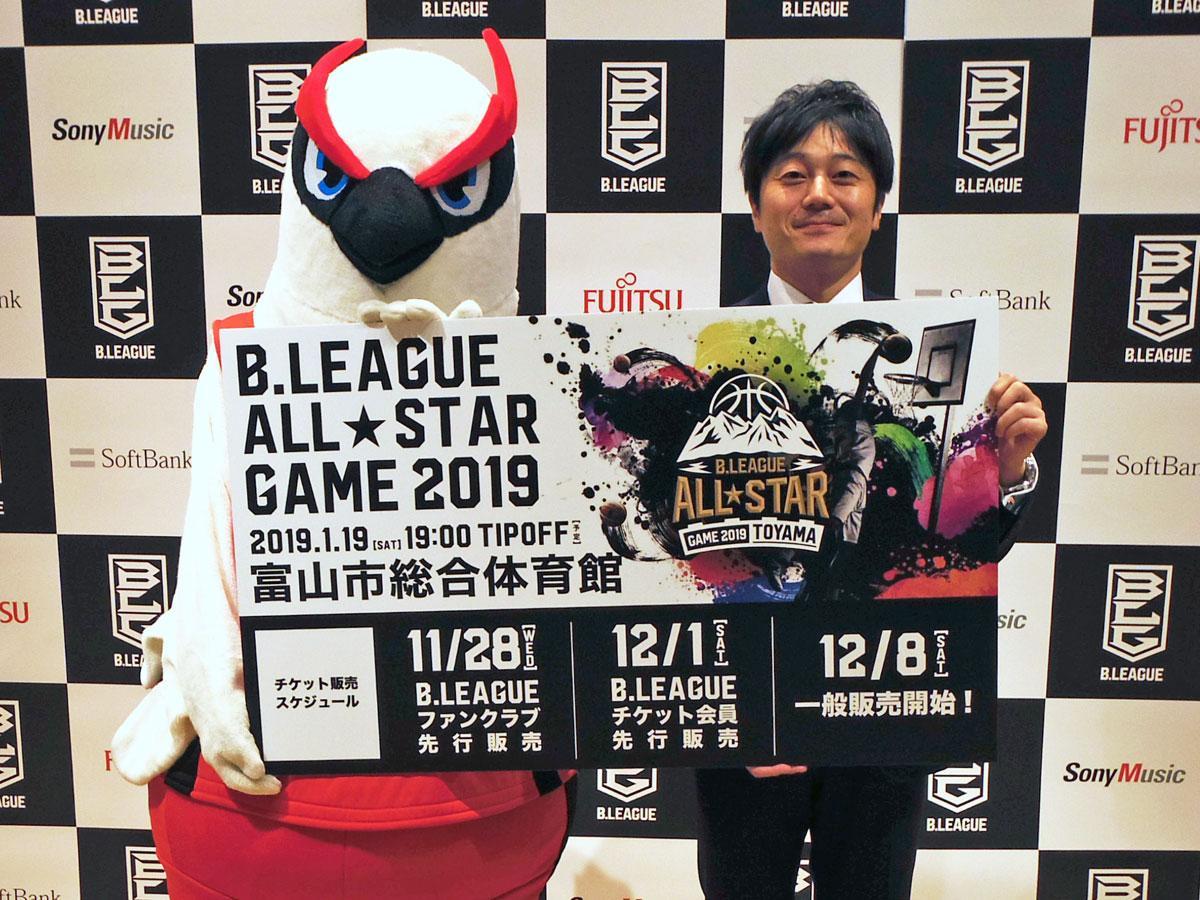 渋谷で行われた発表会には富山グラウジーズのマスコット「グラッキー」(左)も登場した