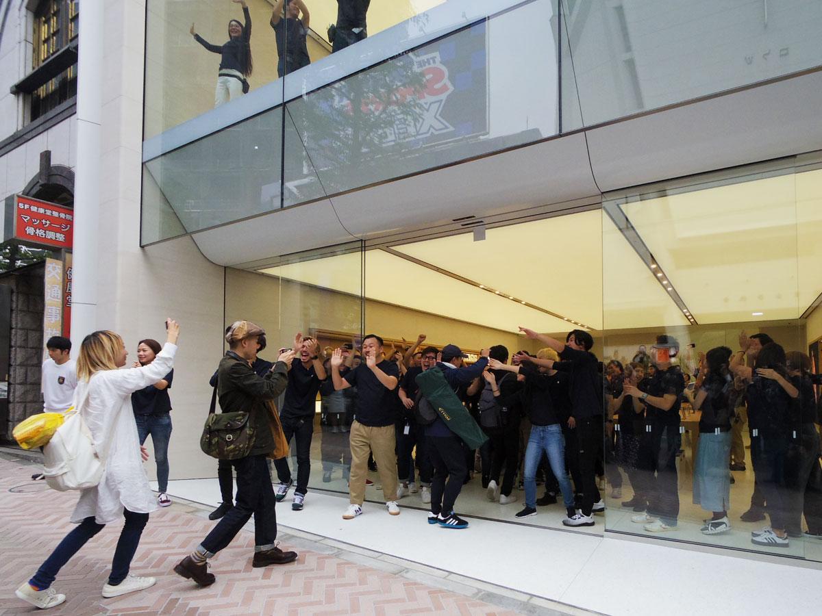 ハイタッチで来店客を迎えた「アップル渋谷」