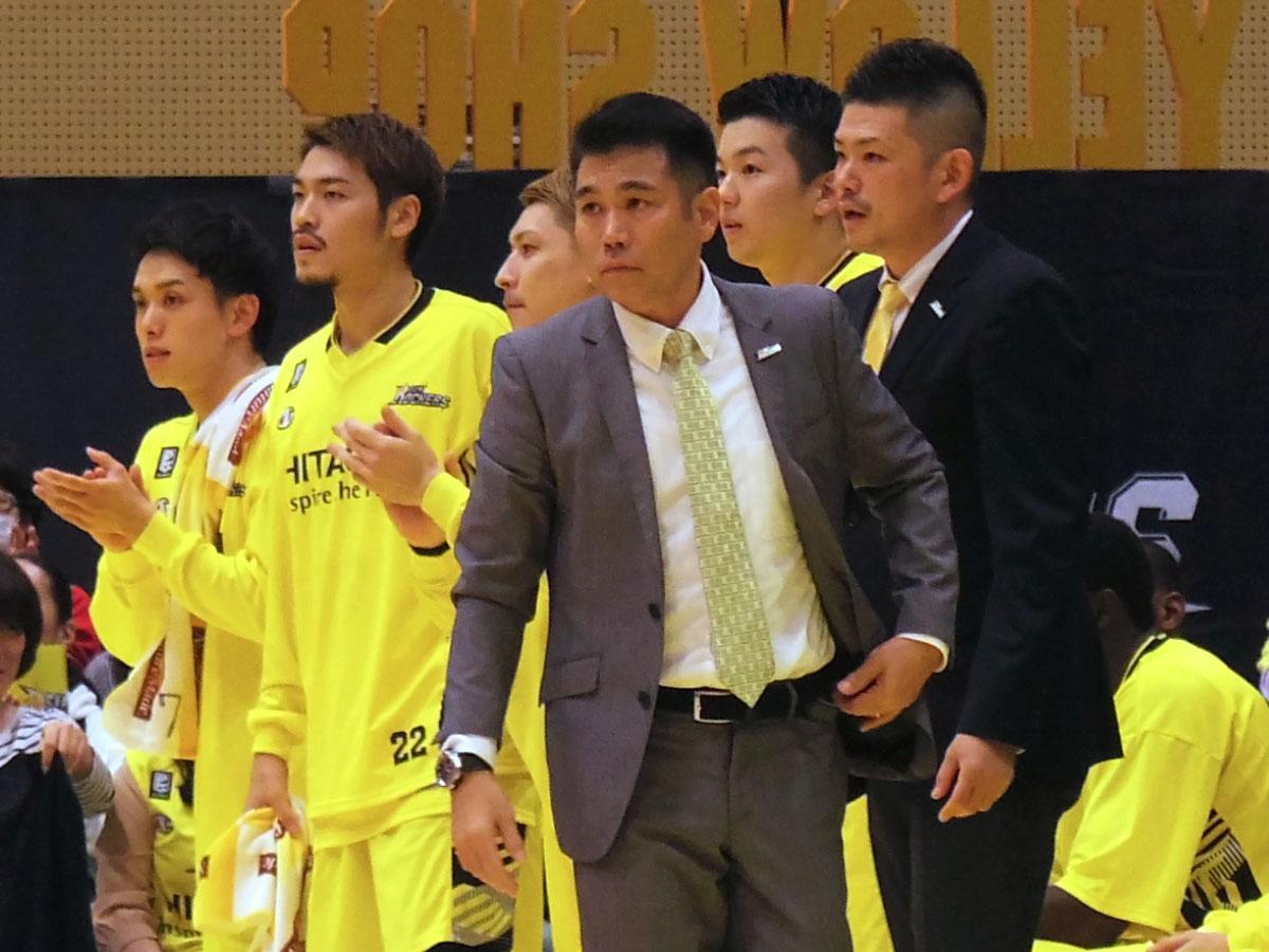 前節で代行としてチームを指揮していた伊佐勉さん(中央手前)