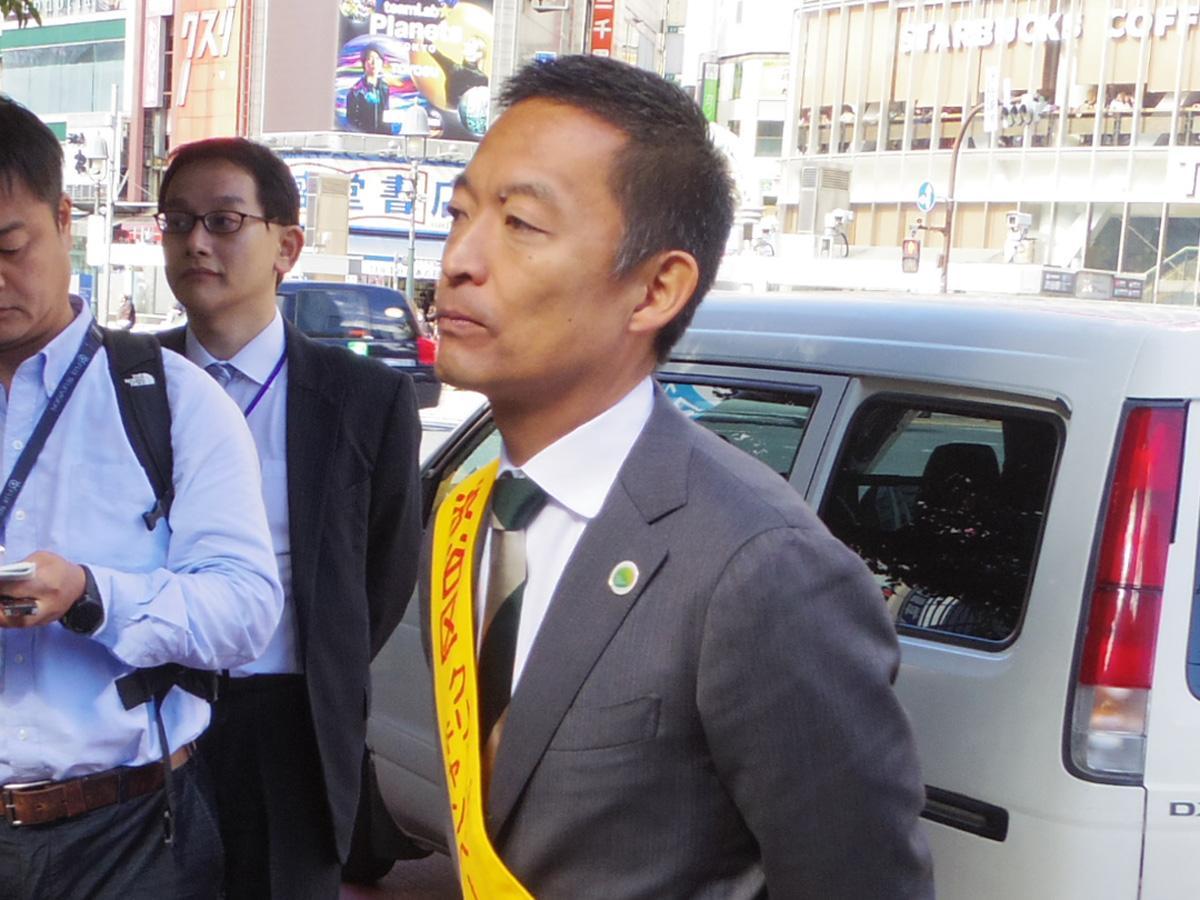 清掃活動に先立ちあいさつ後、取材に応じた長谷部健渋谷区長