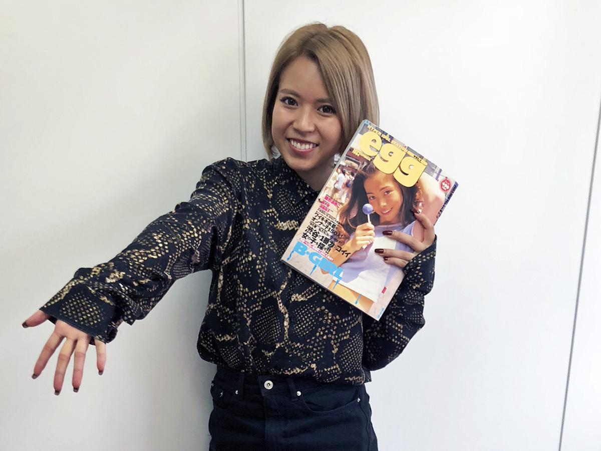 「egg」編集長・赤荻瞳さん(22)。手にしているのは雑誌「egg」創刊号