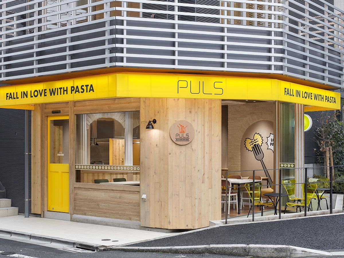 パスタの色から派生したブランドカラーの黄色が目を引く店舗外観