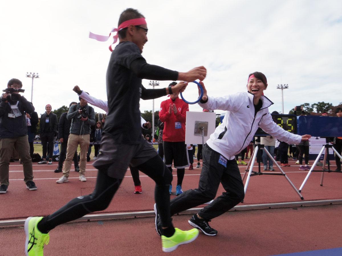 福島千里選手(右)らアスリートが参加者たちとバトンをつないだ
