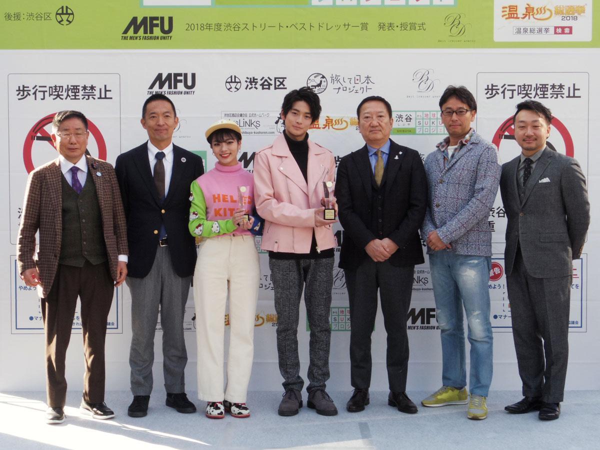 ハチ公前広場で行われた授賞式の様子。高橋文哉さん(中央)や矢部ユウナさん(左から3番目)に加え長谷部健渋谷区長(同2番目)らも出席した