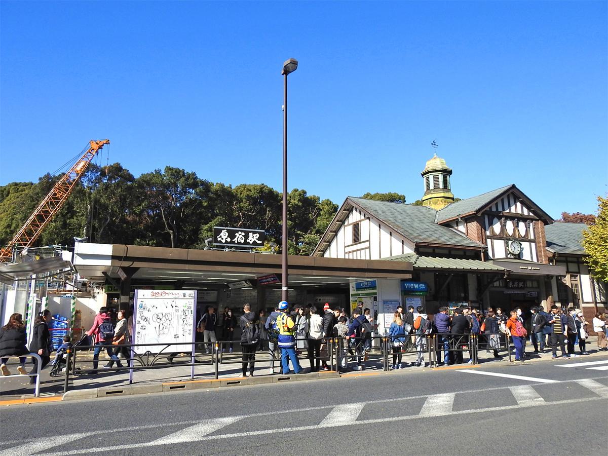 改良工事が進むJR原宿駅(写真=駅舎)