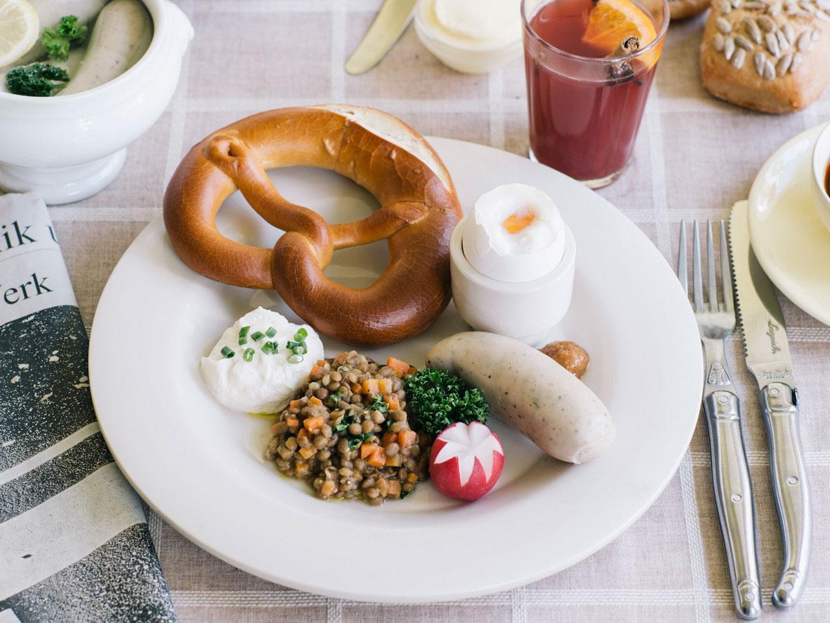 白いソーセージ「バイスブルスト」やパン「プレーツェル」などを盛るプレート(1,620円)